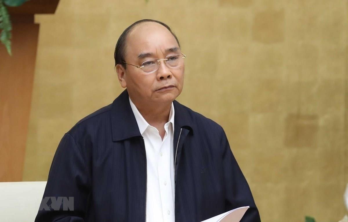 Премьер-министр Нгуен Суан Фук председательствует на постоянной встрече правительства с Национальным руководящим комитетом по профилактике и борьбе с COVID-19. (Фото: Тхонг Нят / ВИА)