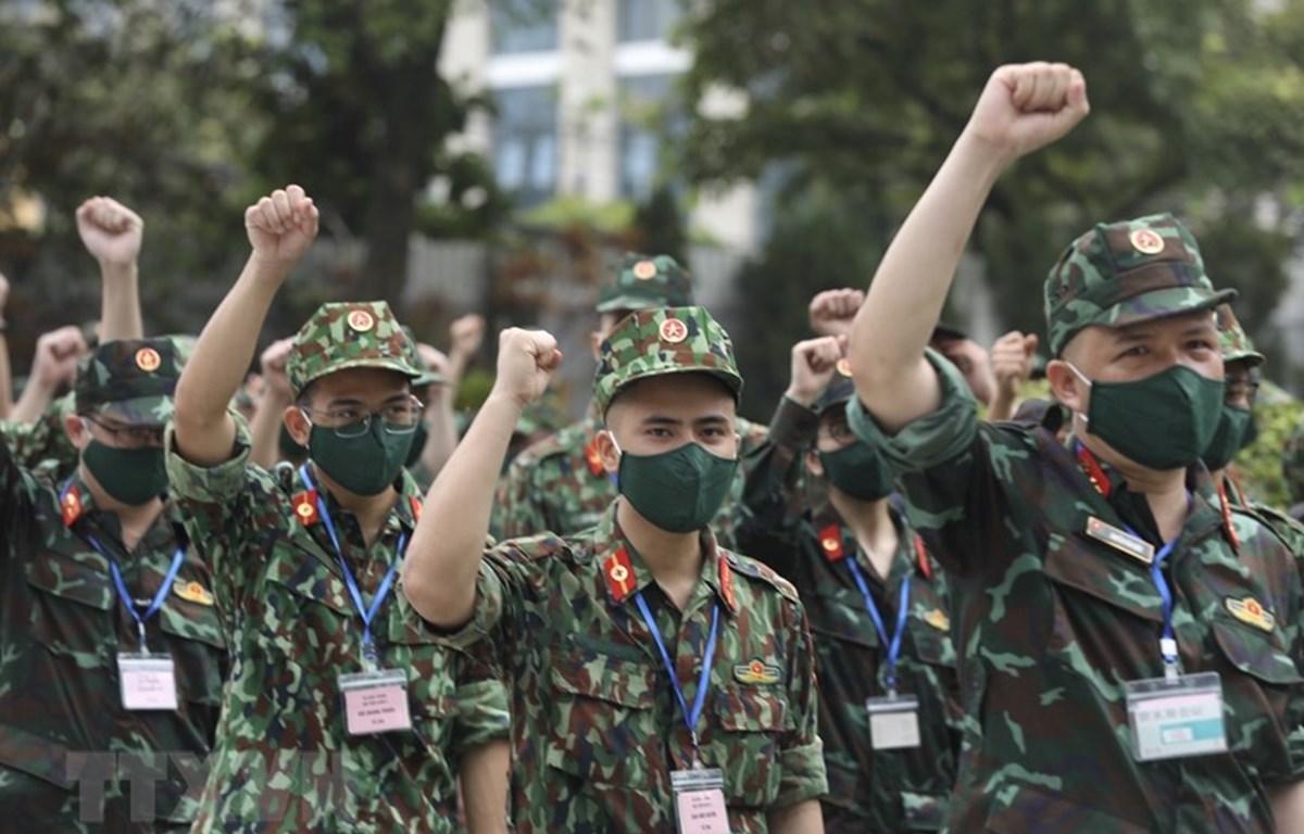 Студенты Военно-медицинской академии проявляют солидарность и решимость перед отъездом на юг для борьбы с эпидемией. (Фото: ВИА)