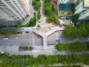 Крупный план самого красивого пешеходного моста в форме буквы Y в Ханое