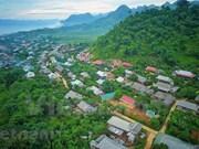 Мирная тайская этническая деревня в Мокчау