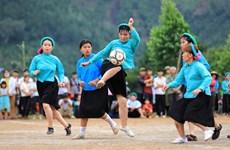 Девушки народности Шантьи, которые играют в футбол