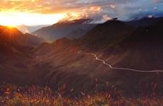 Красивый закат на туманных горных вершинах