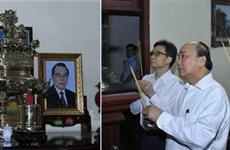 Премьер-министр зажег благовония в память о бывших руководителях Партии и Государства