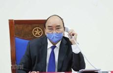 Премьер-министр Нгуен Суан Фук обсудил борьбу COVID-19 со своим китайским коллегой