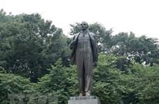 Партийно-государственная делегация возложила цветы к памятнику Ленина в честь 150-летия со дня его рождения