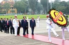 Руководители отдали дань уважения президенту Хо Ши Мину в день воссоединения страны