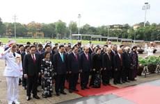 Руководители партии и правительства отдали дань уважения президенту Хо Ши Мину