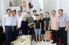 Председатель НС посетила семьи бенефициаров социальной политики в Куангнаме и Дананге