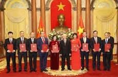 Президент Нгуен Фу Чонг вручил решения о назначении новым послам