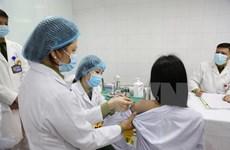 Первые три добровольца получили первые прививки от COVID-19 с дозой в 50 мкг