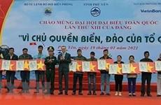 Рыбакам Фуйена вручили около 16.000 национальных флагов