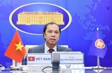 Заместитель министра иностранных дел Нгуен Куок Зунг проводит онлайн-беседу с постоянным секретарем МИД Таиланда