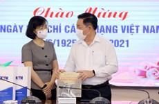 Глава Отдела ЦК КПВ по пропаганде и политическому просвещению Нгуен Чонг Нгиа поздравляет ВИА с Днем революционной прессы