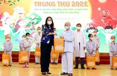 Вице-президент страны Во Тхи Ань Суан посетила больных детей и вручила им подарки по случаю Праздника середины осени 2021 год