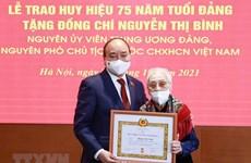 Бывший вице-президент страны удостоена значка 75 лет членства в КПВ