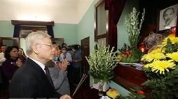 Генеральный секретарь ЦК КПВ, президент страны возложил благовония в память о президенте Хо Ши Мине