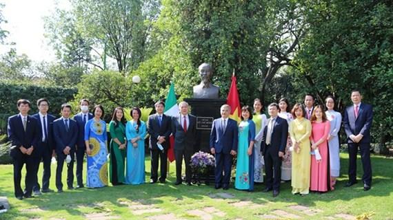 Посольство Вьетнама в Мексике возложило цветы к памятнику президента Хо Ши Мина