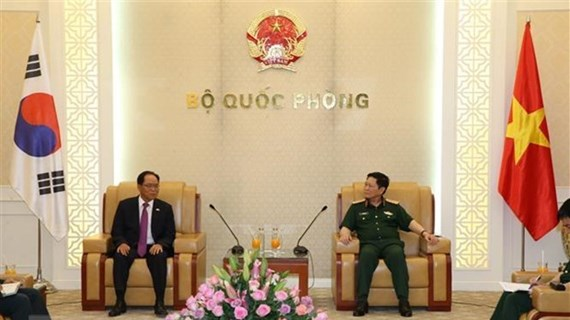 Министр обороны Вьетнама принял дипломата РК