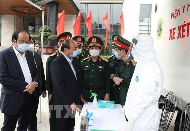 Премьер-министр приветствует усилия армии по борьбе с эпидемиеи COVID-19 hinh anh 1