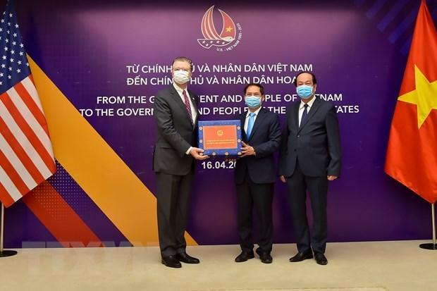 Вьетнам подарил США антибактериальные маски для лица hinh anh 1