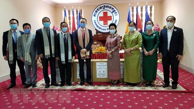 Общество Красного креста Вьетнама подарил Камбодже медоборудование для борьбы с COVID-19 hinh anh 1