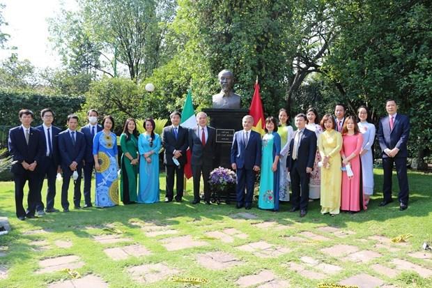 Посольство Вьетнама в Мексике возложило цветы к памятнику президента Хо Ши Мина hinh anh 1
