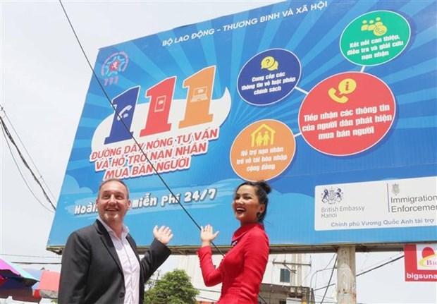 Британское посольство помогает установить рекламные щиты для повышения осведомленности о торговле людьми hinh anh 1