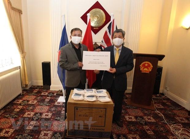 Вьетнамцы в Великобритании получают маски для лица для профилактики COVID-19 hinh anh 1