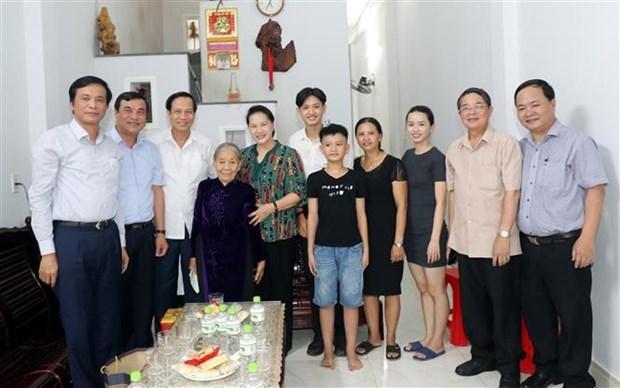 Председатель НС посетила семьи бенефициаров социальнои политики в Куангнаме и Дананге hinh anh 1