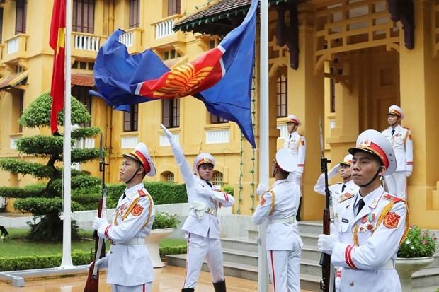 Церемония поднятия флага АСЕАН в Ханое знаменует 53-ю годовщину основания сообщества hinh anh 1
