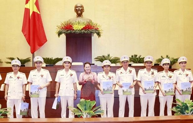 Председатель НС встретилась с выдающимися личностями в деле защиты общественнои безопасности hinh anh 1