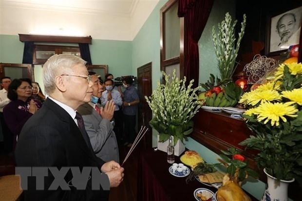 Генеральныи секретарь ЦК КПВ, президент страны возложил благовония в память о президенте Хо Ши Мине hinh anh 1