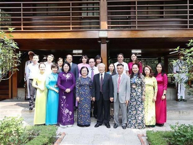 Генеральныи секретарь ЦК КПВ, президент страны возложил благовония в память о президенте Хо Ши Мине hinh anh 2