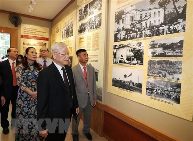 Генеральныи секретарь ЦК КПВ, президент страны возложил благовония в память о президенте Хо Ши Мине hinh anh 3