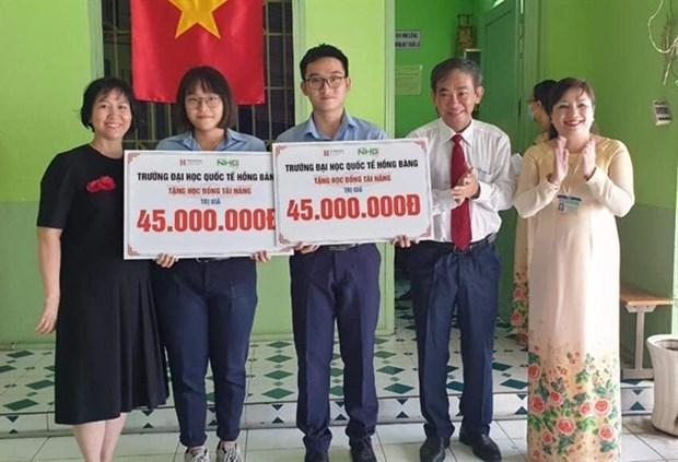 Университеты предлагают помощь студентам из-за увеличения платы за обучение hinh anh 1