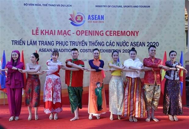 В Ханое открылась выставка традиционных костюмов АСЕАН hinh anh 1