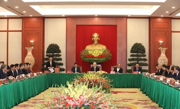 Политбюро провело встречу с бывшими партииными деятелями hinh anh 1