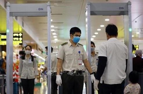 Какие процедуры должны проити владельцы билетов, которые хотят улететь из аэропорта за границу? hinh anh 1
