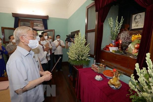 76-летие Дню Независимости Вьетнама: Генеральныи секретарь Нгуен Фу Чонг поставляет благовония в память о президенте Хо Ши Мине hinh anh 1