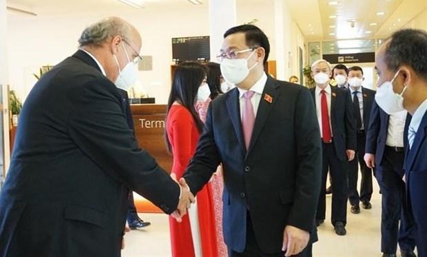 Председатель НС прибыл в Австрию на пятую всемирную конференцию спикеров парламентов hinh anh 1