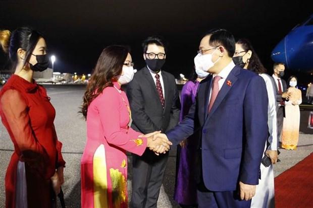 Председатель Национального собрания Выонг Динь Хюэ прибыл в Хельсинки, начиная официальныи визит в Финляндию hinh anh 1