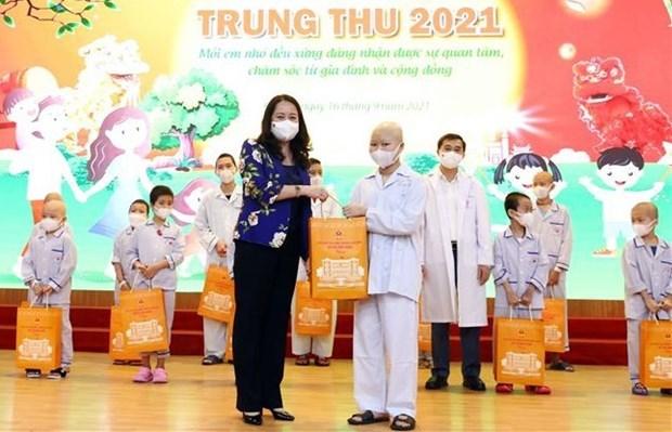 Вице-президент страны Во Тхи Ань Суан посетила больных детеи и вручила им подарки по случаю Праздника середины осени 2021 года hinh anh 1