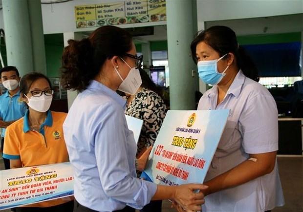 Хошимин вручил 200.000 социальных пакетов малообеспеченным работникам hinh anh 1